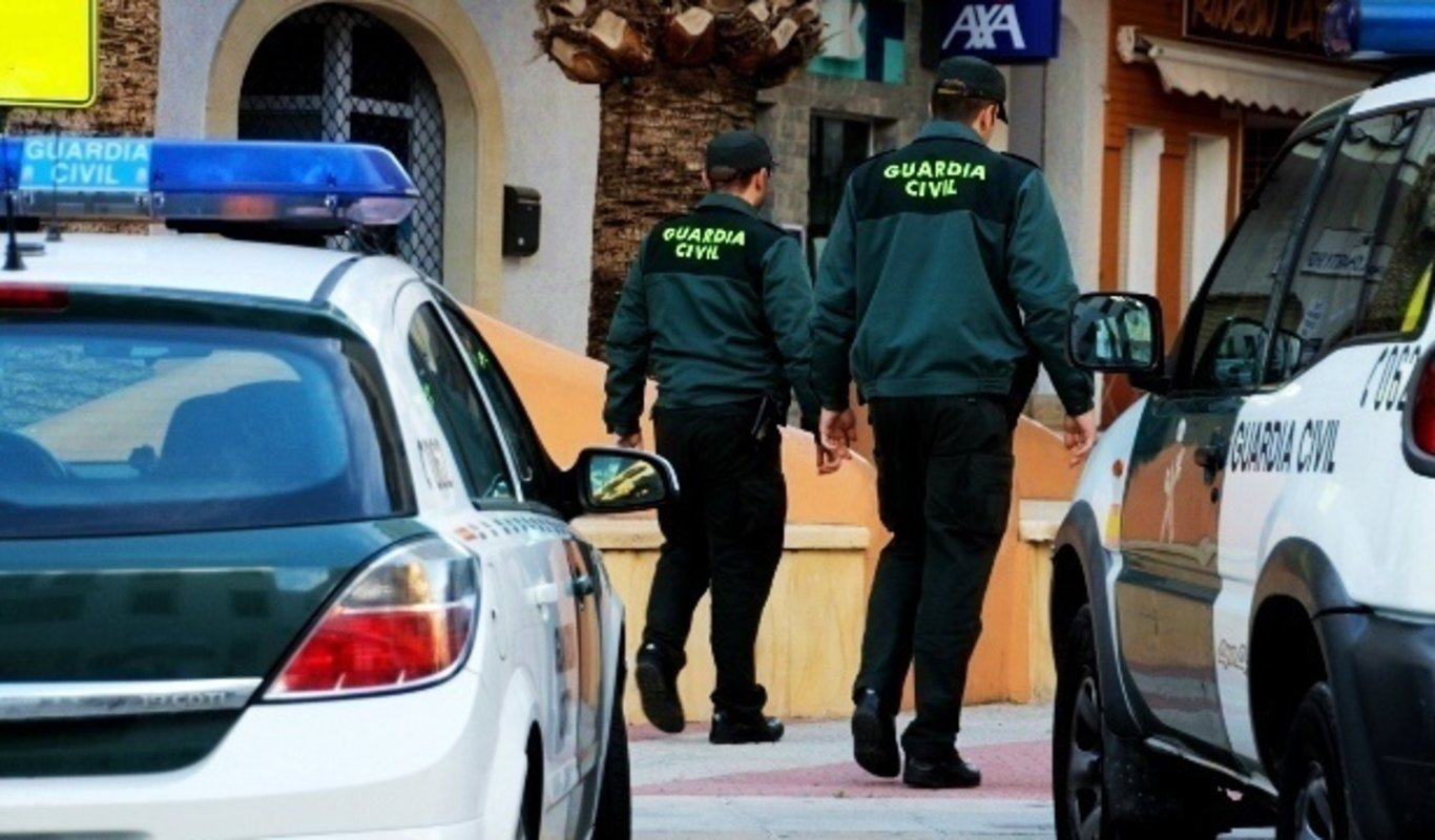Una pareja de agentes de la Guardia Civil.