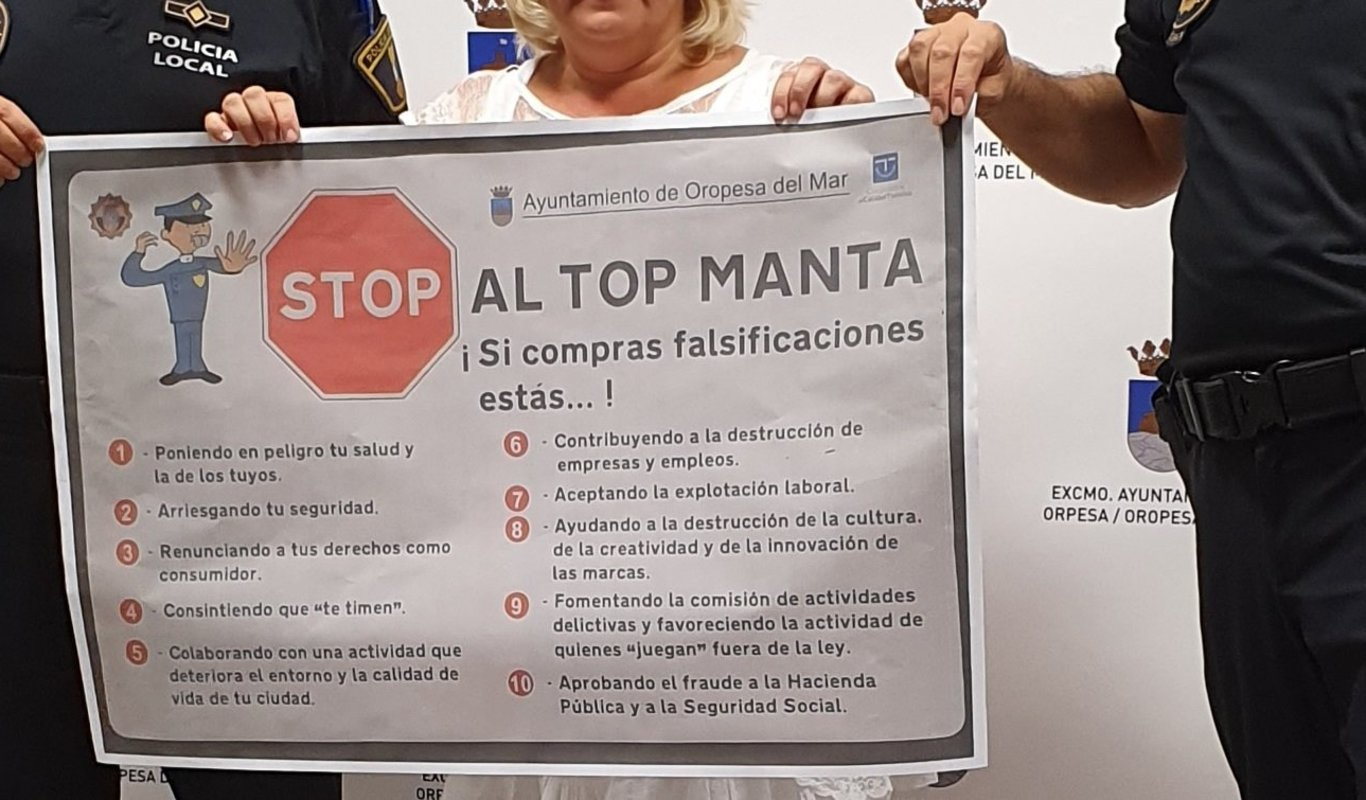 Cartel contra el top manta en Oropesa del Mar.