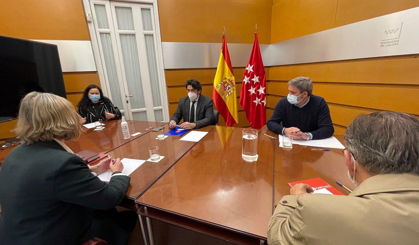 El consejero de Vivienda y Administración Local, David Pérez, y la presidenta de CAFMadrid, Isabel Bajo. Foto: Comunidad de Madrid