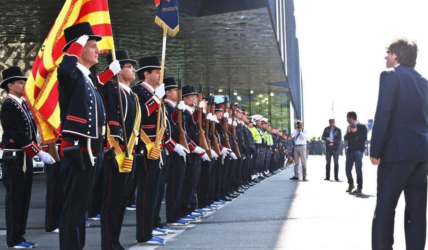 Mossos d'Esquadra en formación con uniforme de gala.